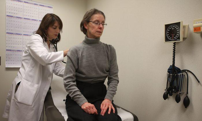 Dr. Anne Furey Schultz examines a patient in Chicago on Jan. 10, 2013. (Scott Olson/Getty Images)