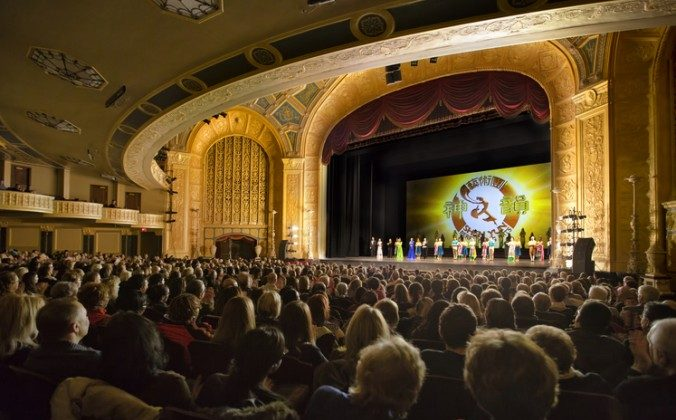 Shen Yun Performing Arts artists bid farewell to the audience at the Detroit Opera House on Feb. 7, 2015 and head to Lansing. (Epoch Times)
