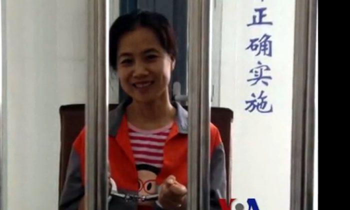 Li Huanjun in handcuffs is in a detention facility in Beijing, 2012. (Screenshot via voachinese.com)
