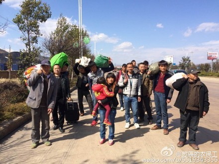 A screenshot from Chinese microblog Weibo on Feb. 14, shows a group of migrant workers walking with luggage in Dali Prefecture, Yunnan Province. Dozens of migrant workers at a construction site in Dali, unpaid for months, decided to walk hundreds of miles home for Chinese New Year because they couldn't afford train tickets. (Screenshot via Weibo)