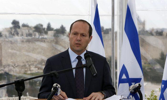 Mayor of Jerusalem Nir Barkat tackles man wielding knife. (Getty Images)