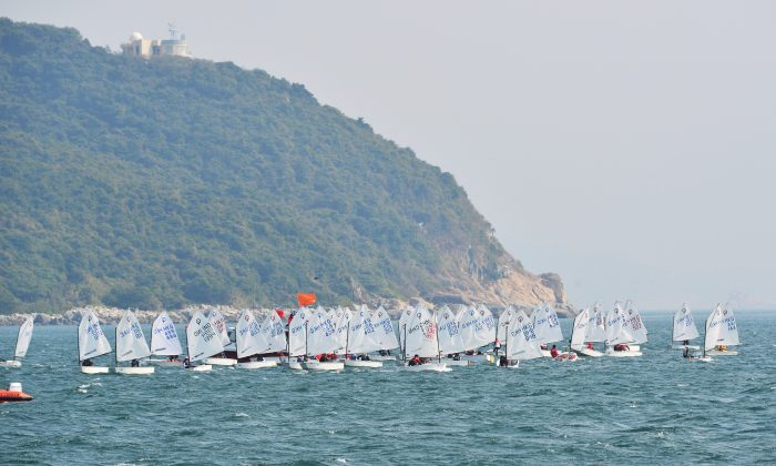 Optimist Class boats waiting to start the final race of the Hong Kong Race Week Series off Repulse Bay on Tuesday Feb 16, 2015. (Bill Cox/Epoch Times)