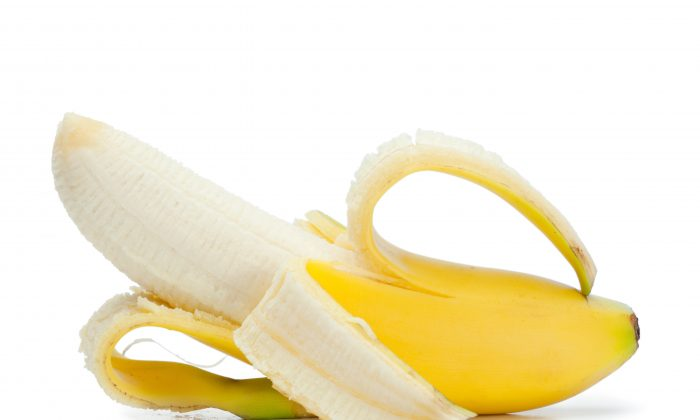 One banana contains around 32 milligrams of magnesium, a mineral that reduces the risk of forming fatal blood clots. (Wavebreakmedia Ltd/Wavebreak Media/Thinkstock)