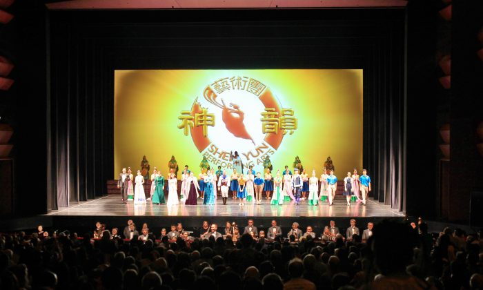 Tracy Bartram Says Shen Yun Is 'Totally Divine' (Video)