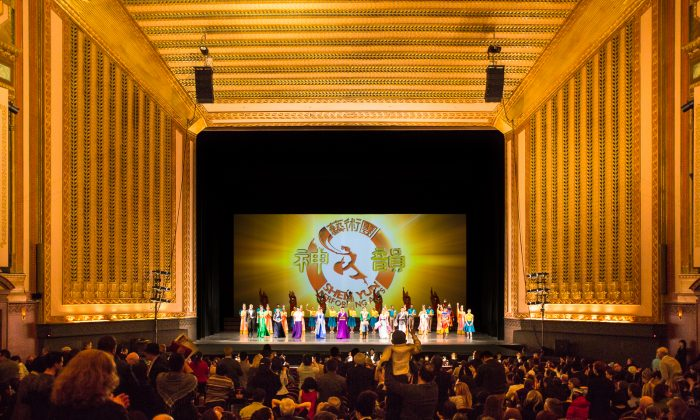 Shen Yun Performing Arts' curtain call in 2014 at the Civic Opera House. (Epoch Times)