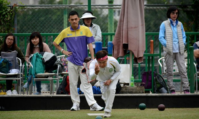 Veteran bowler David Tso (front) of Craigengower Cricket Club delivered the winning bowl at the semi-final of the National Fours against the Hong Kong Youth Team at Filipino Club on Sunday March 1. The CCC team beat the youngsters 24:16. (Stephanie Worth)