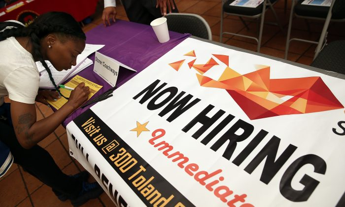 A job seeker fills out an application during a career fair in San Francisco, on May 21, 2014. (Justin Sullivan/Getty Images)
