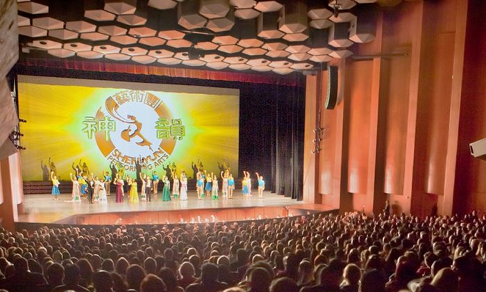 Shen Yun Performing Srts Touring Company's curtain call at Houston's Jones Hall, Dec. 28, 2014. (Chen Xiao/Epoch Times)