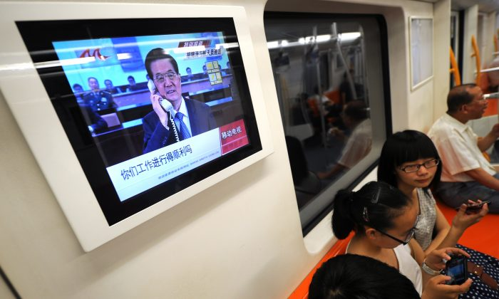A television screen on a subway train in Shanghai on June 26, 2012. A Chinese TV host criticized the falsification of program ratings in mainland China at the National People's Congress meeting on March 8, 2015. (Peter Parks/AFP/GettyImages)