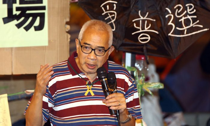 News veteran and noted commentator Ching Cheong speaks at a rally in an Umbrella Movement site in Hong Kong on Oct. 16, 2014. (Poon Zai Shu/Epoch Times)