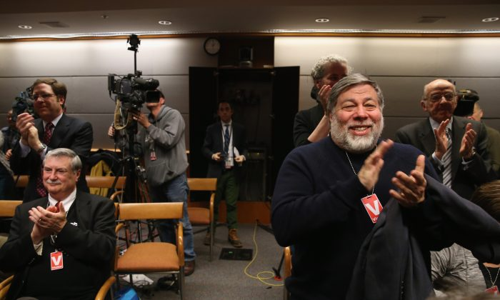 """Apple co-founder Steve Wozniak (R) applauds after the Federal Communications Commission (FCC) voted to approve """"net neutrality"""" during a hearing at the FCC headquarters in Washington on Feb. 26, 2015. (Mark Wilson/Getty Images)"""