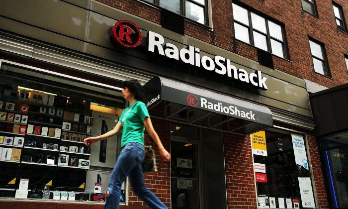 People walk by a RadioShack store on July 23, 2013 in New York City. (Spencer Platt/Getty Images)