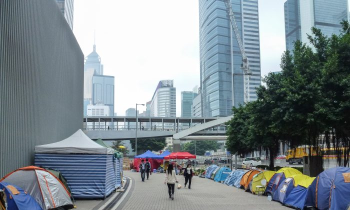 Tents line the sides of a foot pavement beside Harcourt Road in Admiralty, Hong Kong on Feb. 28, 2015. (Larry Ong/Epoch Times)