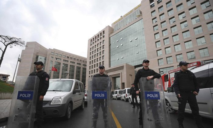 Members of security forces stand outside the main courthouse in Istanbul, Turkey, Tuesday, March 31, 2015. (AP Photo/Emrah Gurel)