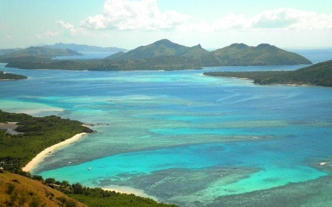 Beach paradise, Fiji Islands, in a stock photo )Shutterstock*)