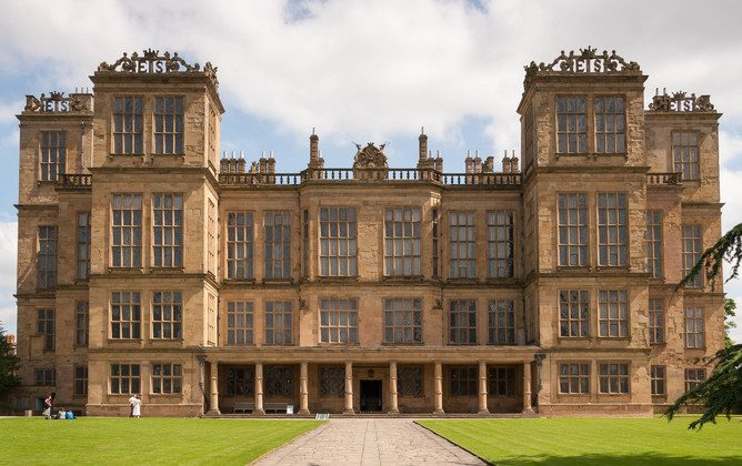 The initials 'ES' on the parapets are those of Elizabeth Talbot, who built Hardwick Hall. (adteasdale, CC BY-SA)