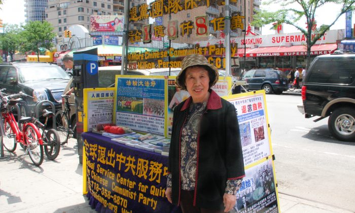 Zhang Jing Rong at the booth for the Global Service Center for Quitting the Chinese Communist Party in Flushing, New York City, on June 23, 2014. (Joshua Philipp/The Epoch Times)