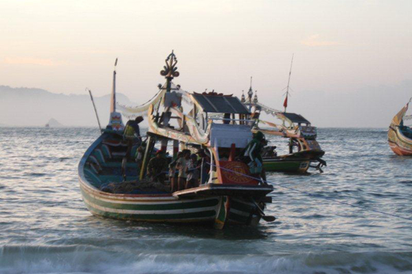 A traditional fishing vessel in Indonesia. Photo: Andreas Harsono