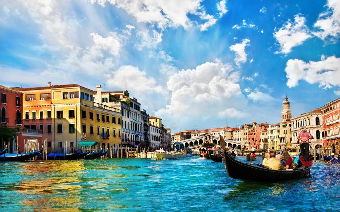 Venice Grand canal with gondolas and Rialto Bridge, Italy. (Shutterstock)