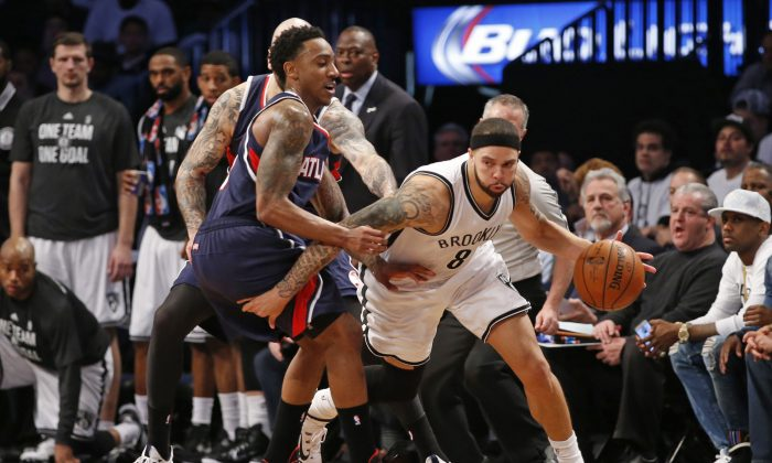 Brooklyn Nets guard Deron Williams (R) scored 35 points against the Atlanta Hawks and guard Jeff Teague (L) to tie the series at two. (AP Photo/Kathy Willens)