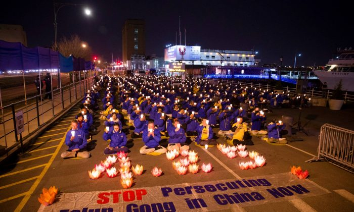 Practitioners of Falun Gong, a spiritual practice persecuted in China since 1999, hold a candlelight vigil to end the persecution near the Chinese Consulate in Manhattan, New York, on April 25, 2015 (Edward Dai/Epoch Times)