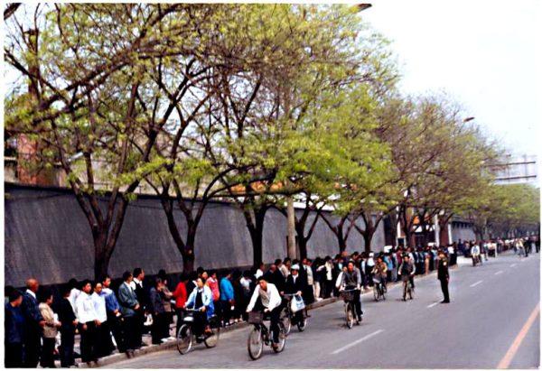 Falun Gong practitioners near Zhongnanhai on April 25, 1999. (Photo courtesy Clearwisdom.net)