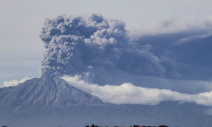 MAY 1: A thick plume pours from the Calbuco volcano, near Puerto Varas, Chile, as it erupts once again sending dark burst of ash and hot rock billowing into the air on Thursday. (AP Photo/David Cortes Serey/Agencia Uno)