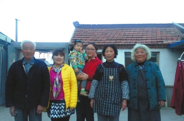 """Wang Yinyin, holding her child, said, """"I have a total of 8 elderly relatives on my shoulders,  including the ones from my husband's side."""" (Internet)"""
