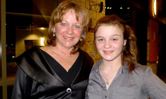Mother and Daughter Thoroughly Enjoy All Aspects of Shen Yun