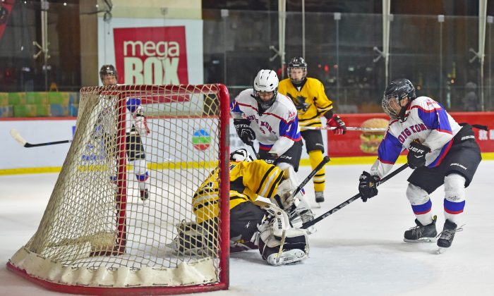 The Hong Kong Selects on the attack against Shanghai Thunderbirds in the Bantam AA Final in the 2015 Ice Hockey 5's at Mega Ice on Saturday May 2, 2015. Hong Kong Selects won the match 4-1 to take the Cup. (Bill Cox/Epoch Times)
