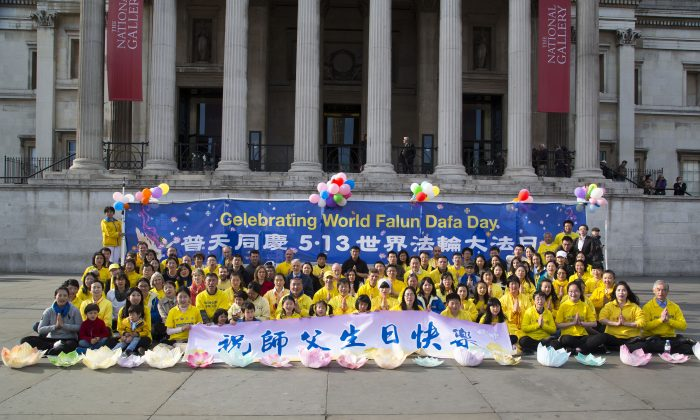 Celebrating World Falun Dafa Day 2015 in London's Trafalgar Square (Si Gross/Epoch Times)