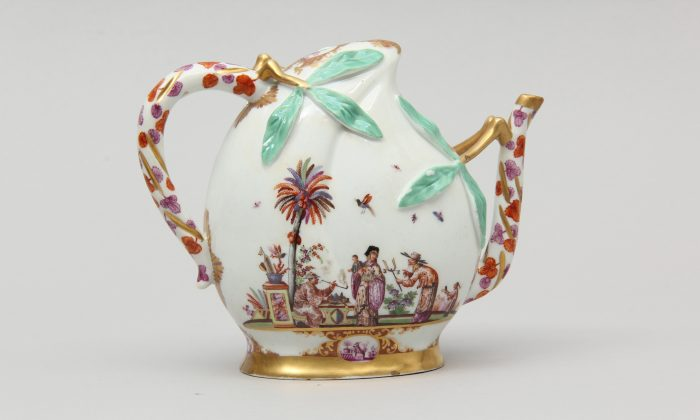 A Meissen ewer (wine pot) based on a Chinese porcelain prototype and decorated by J.G. Horoldt with chinoiserie scenes. (Courtesy of Gardiner Museum)