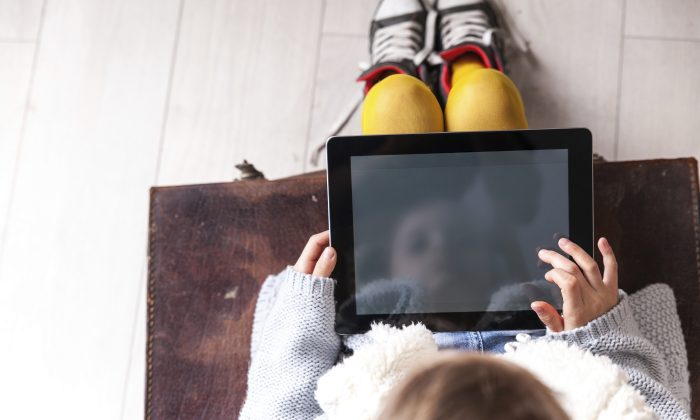 A game that combined real-world experiments with interactions on a computer tablet improved learning by almost five times more than screen-only alternatives. (Eldad Carin/iStock)