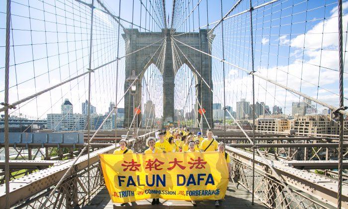 Falun Dafa practitioners march across the Brooklyn Bridge from Brooklyn into Manhattan, New York, for World Falun Dafa Day on May 13, 2015. (Samira Bouaou/Epoch Times)