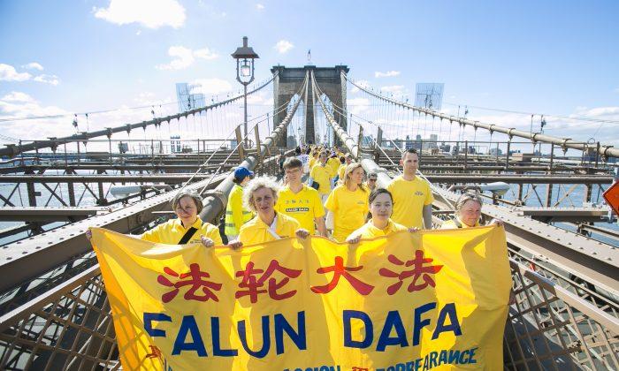 Falun Dafa practitioners cross the Brooklyn Bridge from Brooklyn into Manhattan, New York, on May 13, 2015. (Samira Bouaou/Epoch Times)