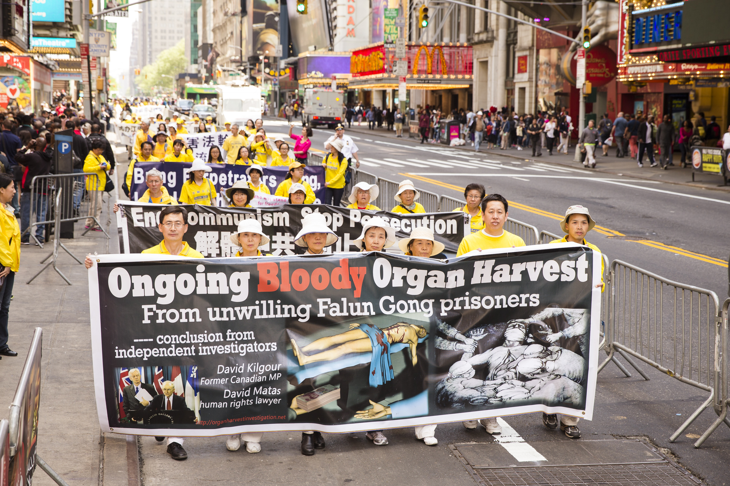 Falun Gong practitioners hold a banner in reference to organ harvesting of practitioners that is still happening today inside China. (Edward Dai/Epoch Times)