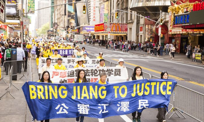 Falun Gong practitioners hold a banner in reference to Jiang Zemin, the previous Chinese Party leader who is directly responsible for the persecution of Falun Gong on July 1999. (Edward Dye/Epoch Times)