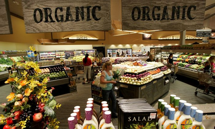 "A Safeway customer browses the fruit and vegetable section at Safeway's new ""Lifestyle"" store July 18, 2007 in Livermore, California. (Justin Sullivan/Getty Images)"