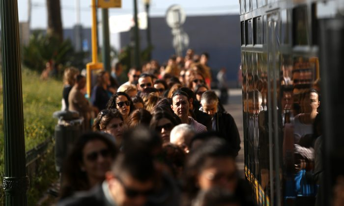 Commuters queue to board a bus during a 24-hour strike by Lisbon's subway workers, in Lisbon, Portugal, Tuesday, May 19, 2015. The strike was against pay cuts and the public company's possible privatisation. (AP Photo/Francisco Seco)