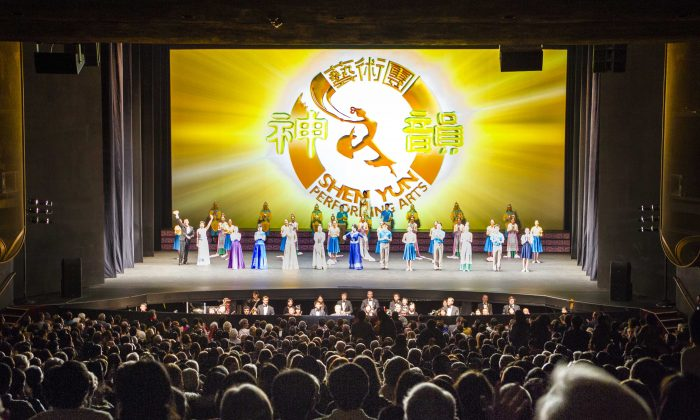 Shen Yun Performing Arts World Company's curtain call at San Jose Center For The Performing Arts, January 2015. (Youzhi Ma/Epoch Times)