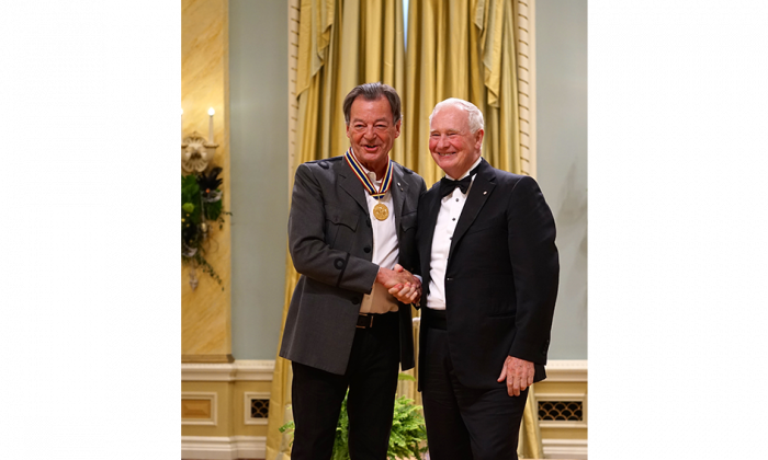 Classical music composer and conductor Walter Boudreau shakes hands with Governor General David Johnston after receiving the Lifetime Artistic Achievement Award. (Pam McLennan/Epoch Times)