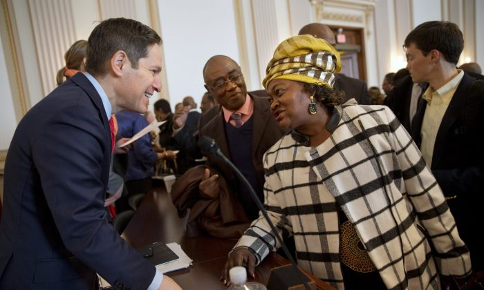 CDC head Tom Frieden, (L), and Nenebah Jalloh of Sierra Leone, on Capitol Hill in Washington on Jan. 13, 2015. (AP Photo/Jacquelyn Martin)