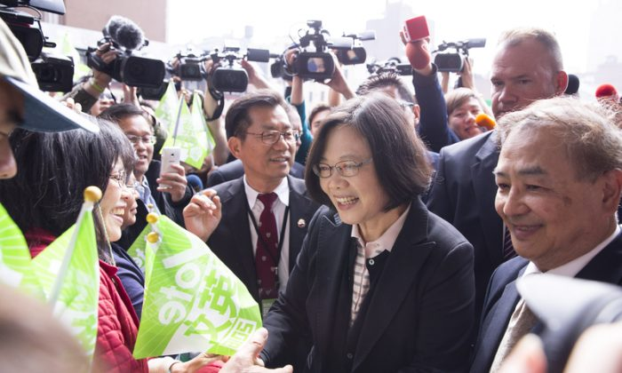 Tsai Ing-Wen, presidential nominee of Taiwan's Democratic Progressive Party, meets with supporters after arriving at Penn Station at 4 p.m. on June 5, 2015 (Dai Bing/Epoch Times)