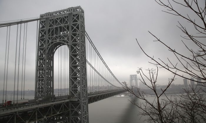 Traffic moves over the Hudson River and across the George Washington Bridge between New York City (R), and Fort Lee, N.J., on Dec. 17, 2013. (John Moore/Getty Images)