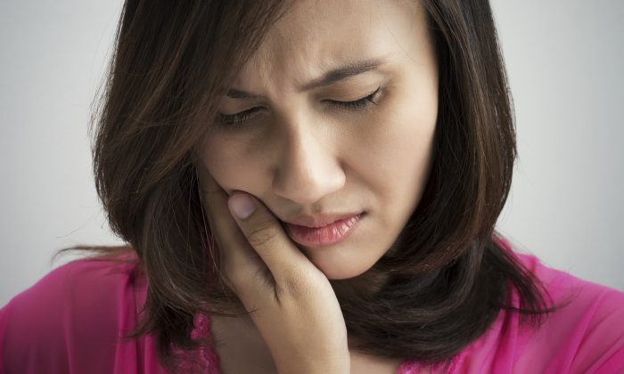When your tooth hurts, it can be difficult to tell if it's really an emergency.(Tharakorn/iStock)