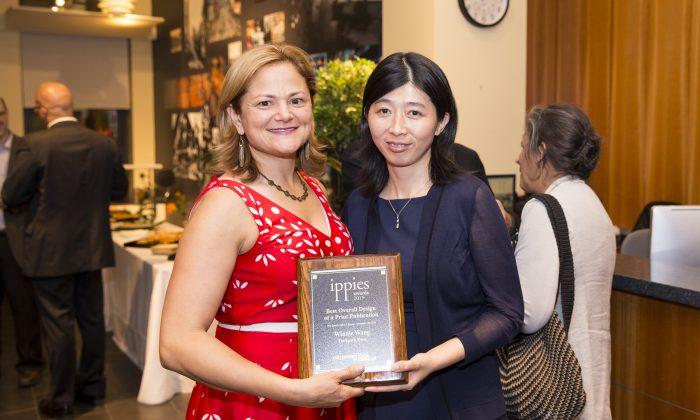 Melissa Mark-Viverito, Speaker of the New York City Council, congratulates Winnie Wang on the award. (Dai Bing/Epoch Times)