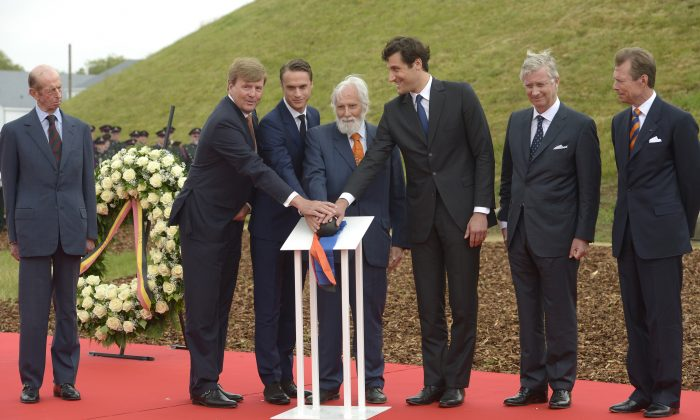 From left, Prince Edward, Dutch King Willem-Alexander, Arthur Wellesley, Marquis of Douro, son of the ninth Duke of Wellington, Prince Nikolaus Furst Blucher von Wahlstatt, Prince Jean-Christophe Napoleon Bonaparte, Belgium's King Philippe and Grand Duke Henri of Luxembourg attend a ceremony to commemorate the bicentenary of the Battle of Waterloo in Braine l'Alleud, near Waterloo, Belgium on Thursday, June 18, 2015. (Didier Lebrun/Pool Photo via AP)