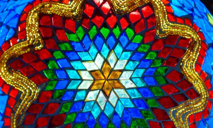 The beauty of stained glass – all down to electron oscillations. (LoggaWiggler/CC0)