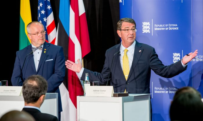 Lithuanian defense Minister Juozas Olekas, left, and US Secretary of Defense Ashton Carter attend a joint press conference after a meeting in Tallinn, Estonia, Tuesday, June 23, 2015. (AP)