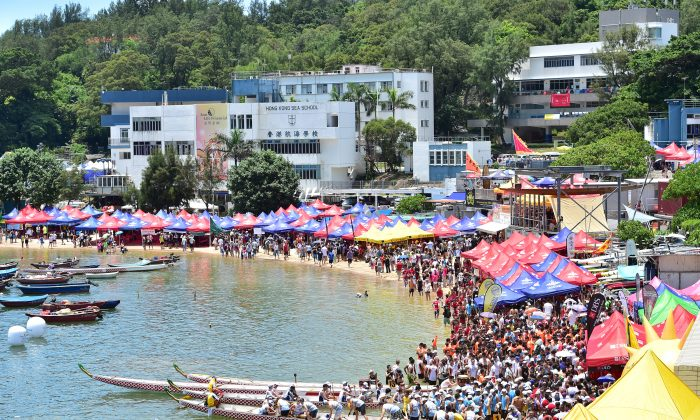 The crowd is build up during the late morning of Saturday June 20 at the Sun Life Stanley International Dragon Boat Championships 2015. (Bill Cox/Epoch Times)